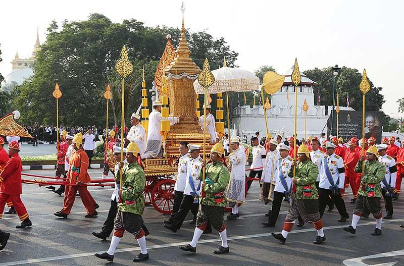 Prosesi kirab yang membawa guci kerajaan yang meyimpan jenazah Sangharaja Thailand, dari Vihara Bowonniwet ke Vihara Debsirindrawas.